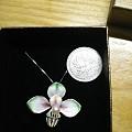 求速出!925银+珐琅的吊坠,中间是颗海水珠。出了再加些想换个银镯戴(^V^)